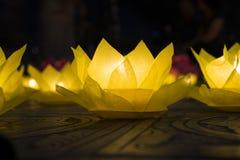 Bloemslingers en gekleurde lantaarns voor het vieren van de verjaardag van Boedha ` s in Oostelijke cultuur Zij worden gemaakt va royalty-vrije stock fotografie