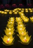 Bloemslingers en gekleurde lantaarns voor het vieren van de verjaardag van Boedha ` s in Oostelijke cultuur Zij worden gemaakt va royalty-vrije stock foto's