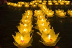Bloemslingers en gekleurde lantaarns voor het vieren van de verjaardag van Boedha ` s in Oostelijke cultuur Zij worden gemaakt va royalty-vrije stock afbeelding