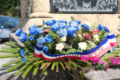 Bloemstuk bij oorlogsmonument in Frankrijk Stock Foto