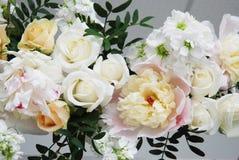 Bloemstuk, Huwelijk, Overeenkomst, Decoratief Boogconcept uit grote Peonny wordt samengesteld die en de gevoelige Samenstelling v stock afbeeldingen