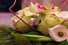 Bloemstuk met decoratieve zilveren ballen Stock Foto