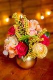 Bloemstuk met rozen, hydrangea hortensia, forsythia en groen in een vaas op de lijst stock afbeeldingen