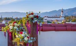 Bloemstuk op Dak met Santa Barbara California Skyl royalty-vrije stock afbeeldingen