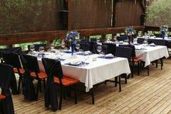Bloemstuk op huwelijk lijst-3 Bloemensamenstellingen met verse rozen en blauwe bloemen Stock Fotografie