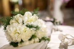 Bloemstuk van witte bloemen op een lijst van het huwelijksbanket ( stock afbeelding
