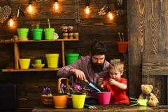 Bloemzorg het water geven Grondmeststoffen Vader en zoon Dit is dossier van EPS10-formaat Familiedag serre gelukkige tuinlieden m royalty-vrije stock foto's