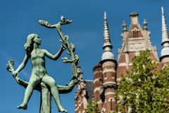 Bloesemende op Tak di Meisje nella città di Anversa, Belgio Immagini Stock