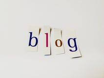 Blog - Ausschnitt fasst Collage von Mischzeitschriften-Buchstaben mit weißem Hintergrund ab Lizenzfreie Stockbilder