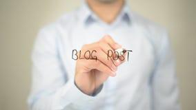 Blog-Beitrag, Mannschreiben auf transparentem Schirm Lizenzfreie Stockfotografie