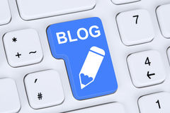Blog, das online im Internet Computer schreibt Lizenzfreies Stockfoto