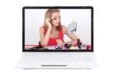 Blog de la belleza - el ordenador portátil con vídeo compone alrededor la aplicación Foto de archivo