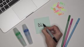 BLOG de la escritura de la mujer en la libreta adhesiva Ordenador portátil y efectos de escritorio en la tabla almacen de video