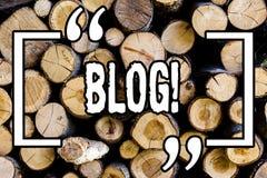 Blog des textes d'écriture de Word Concept d'affaires pour Preperation de contenu entraînant pour le bois en bois bloguant de cru images stock