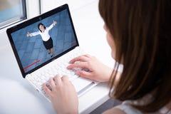 Blog di sorveglianza di affari della giovane donna video sul computer portatile immagini stock libere da diritti