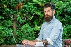 Blog en ligne de travail de hippie avec le carnet Le Blogger créent le courrier tandis qu'appréciez le café Créez le contenu pour image libre de droits