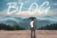 Blog gegen szenische Landschaft mit Bergen Lizenzfreies Stockbild