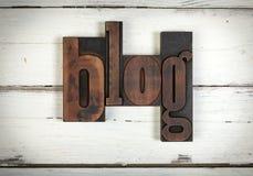 Blog, geschrieben mit alten hölzernen Buchstaben Stockbild