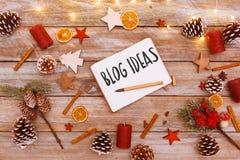 Blog-Ideen simsen im Notizblock auf Weihnachtsebenenlage Lizenzfreie Stockfotos