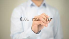 Blog Ihr Leben, Mannschreiben auf transparentem Schirm Stockfotografie