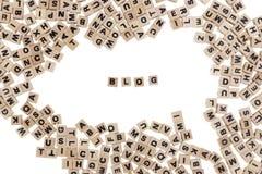 Blog in kleine houten kubussen wordt geschreven die Royalty-vrije Stock Afbeeldingen