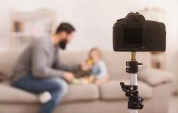 Blog millénaire d'enregistrement de papa au sujet de bébé de alimentation photographie stock