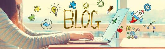 Blog mit der Frau, die an einem Laptop arbeitet Stockfoto
