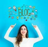 Blog mit der jungen Frau, die aufwärts schaut Stockfoto