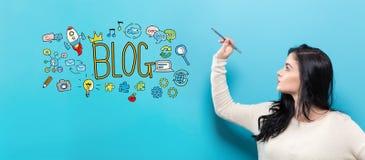 Blog mit der jungen Frau, die einen Stift hält Stockbild