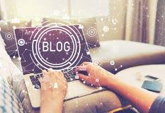 Blog mit der Person, die Laptop-Computer verwendet Stockbild