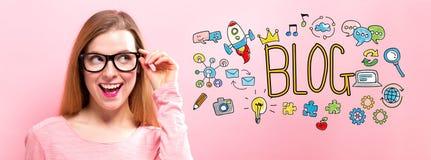 Blog mit glücklicher junger Frau Lizenzfreies Stockbild