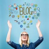 Blog mit junger Frau Lizenzfreie Stockbilder