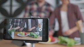 Blog o niskiej diecie, telefon komórkowy nagrywa na żywo, jak blogerzy przygotowują zdrowe jedzenie ze świeżych zdjęcie wideo