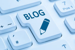 Blog que escribe en línea en el teclado de ordenador azul de Internet Fotografía de archivo libre de regalías