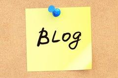 Blog! Simsen Sie auf einer klebrigen Anmerkung, die zu einem corkboard festgesteckt wird Wiedergabe 3d lizenzfreie abbildung