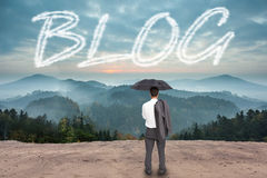 Blog tegen toneelplatteland met bergen Royalty-vrije Stock Afbeelding