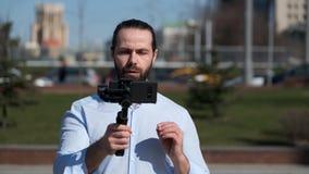 Blog video di radiodiffusione di giovane blogger maschio archivi video