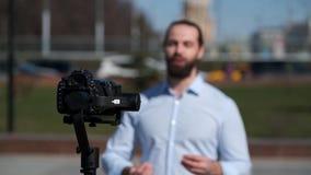 Blog video di radiodiffusione di giovane blogger maschio video d archivio