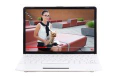 Blog video sobre animales domésticos - ordenador portátil con el blogger de la mujer joven en pedregal Fotografía de archivo libre de regalías
