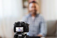 Blog visuel de enregistrement de caméra de blogger masculin indien image stock