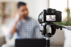 Blog visuel de enregistrement de cam?ra de blogger masculin indien image stock