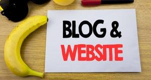 Blog-Website Geschäftskonzept für das Blogging Sozialnetz geschrieben auf leeres Papier der klebrigen Anmerkung, hölzerner Hinter Lizenzfreie Stockfotos