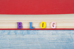 BLOG-Wort auf dem blauen Hintergrund verfasst von den hölzernen Buchstaben des bunten ABC-Alphabetblockes, Kopienraum für Anzeige Lizenzfreie Stockfotos