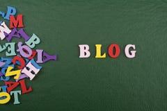 BLOG-Wort auf dem grünen Hintergrund verfasst von den hölzernen Buchstaben des bunten ABC-Alphabetblockes, Kopienraum für Anzeige Lizenzfreie Stockbilder