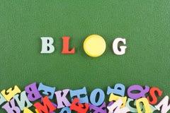 BLOG-Wort auf dem grünen Hintergrund verfasst von den hölzernen Buchstaben des bunten ABC-Alphabetblockes, Kopienraum für Anzeige Stockbild