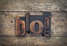 Blog, Wort geschrieben mit Weinlesehochdruckblock Lizenzfreie Stockbilder