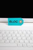 Blogaufschrift geschrieben auf Papiertag Stockfoto