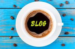 Blogaufschrift geschrieben auf weiße MorgenKaffeetasse am blauen hölzernen Arbeitsplatz Social Media-Informationen schließen Konz Stockfotografie