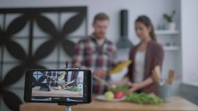 Blogerki, blogerki, blogerki i ludzie uczą abonentów gotować zdrowe jedzenie z warzyw na wagę zbiory