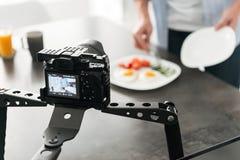 Blogg för mat för maninspelning video om matlagning royaltyfri foto